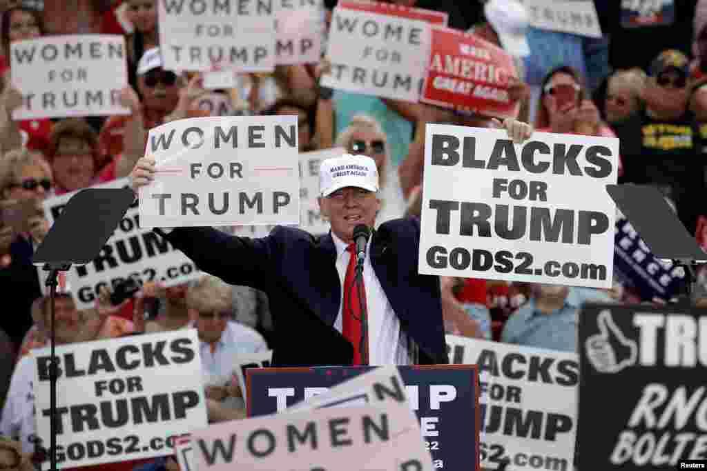 បេក្ខជនប្រធានាធិបតី គណបក្សសាធារណរដ្ឋលោកDonald Trump លើកផ្លាកបង្ហាញ នៅចុងបញ្ចប់នៃយុទ្ធនាការបោះឆ្នោតទីក្រុងLakeland រដ្ឋ Florida សហរដ្ឋអាមេរិកកាលពី ថ្ងៃទី ១២ តុលា ២០១៦។