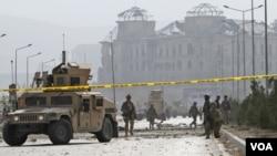 Soldados estadounidenses cerraron el perímetro donde ocurrió el atentado.