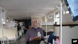Albino Said Abdallah, yang kehilangan tangan kirinya dalam sebuah serangan, terlihat mulai pulih di rumah sakit Morogoro, Tanzania (foto: dok).