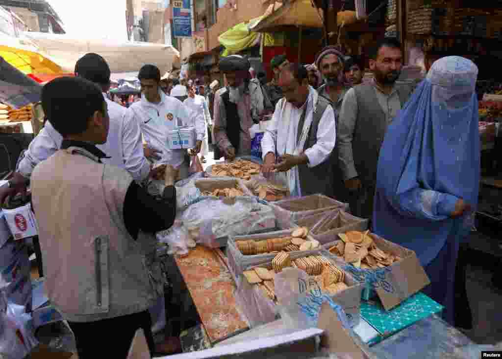 ازدحام مردم در آخرین روزهای ماۀ رمضان در مقابل کلچه فروشی های بازار مندوی کابل.