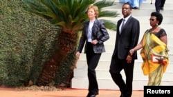 L'ex présidente irlandaise Mary Robinson (g.) et l'ex-président burundais Pierre Buyoya avec son épouse Sophie, à Kigali, le 7 avril 2014.