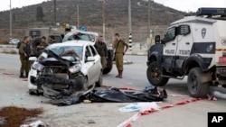 以色列军警站在一具巴勒斯坦人尸体旁边。该巴勒斯坦人曾经驾车撞向一群以色列人(2015年11月8日)