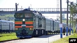 Xe lửa chở lãnh tụ Kim Jong-il của Bắc Triều Tiên đến ga Khasan sau khi qua cửa khẩu biên giới giữa Bắc Triều Tiên và Nga, gần thành phố viễn đông Vladivostok của Nga, ngày 20 tháng 8, 2011