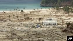 Suasana di Lhoknga sekitar sebulan setelah tsunami menerjang Aceh pada 2004 silam.