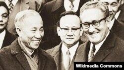 Cố vấn đặc biệt Lê Đức Thọ, đại diện đoàn Việt Nam Dân chủ Cộng hòa và Cố vấn đặc biệt của Tổng thống Hoa Kỳ Henry Kissinger chúc mừng nhau sau lễ ký tắt. (Người đứng giữa, phía sau là Thư ký đoàn VNDHCH Lưu Văn Lợi)
