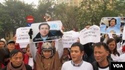 李作決(右二)和其他支持者在河內集會,聲援被監禁的李作全。(美國之音瑪麗安娜‧布朗拍攝)