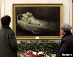 资料照片:北京文革博物馆展示一幅描绘刘少奇临死时刻的画作(1998年11月23日)