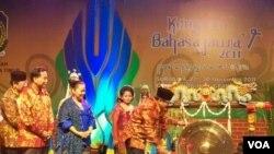 Gubernur Jawa Timur Soekarwo, memukul gong, disaksikan Wakil Menteri Pendidikan Nasional, Windu Nuryanti (baju biru) dalam pembukaan Kongres Bahasa Jawa ke-5 di Surabaya (27/11).