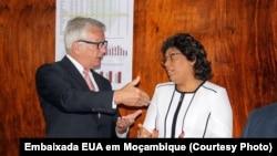 Embaixador americano Dean Pittman ao lado da Ministra da Saúde de Moçambique, Nazira Abdula