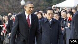 Los presidentes Obama y Hu Jintao, en los jardines de la Casa Blanca.