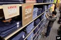 미국 캘리포니아주 리바이스 상점에 청바지가 진열돼 있다.