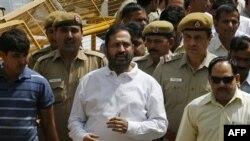 Ông Suresh Kalmadi (giữa) được đưa đến tòa án ở New Delhi