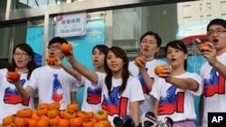 为了帮助农民,国民党青年团在马吴竞选总部前面摆摊义卖柿子