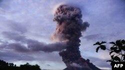 Gunung berapi Mayon terus menyemburkan abu dan lava, seperti yang terlihat dari kota Daraga, di provinsi Albay, selatan Manila, 23 Januari 2018.