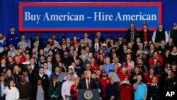 Predsednik Tramp obraća se radnicima auto-industrije u mestu Ipsilanti u Mičigenu.