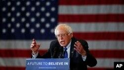 미국 민주당의 버니 샌더스 대선 후보가 4일 위스콘신주 밀워키 유세장에서 연설하고 있다. 샌더스 후보는 위스콘신 예비선거에서 힐러리 클린턴 후보를 제치고 승리했다.