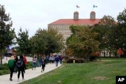 En esta fotografía de archivo del 24 de octubre de 2019, los estudiantes caminan frente a Fraser Hall en el campus de la Universidad de Kansas en Lawrence, Kansas.