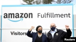 Perwakilan AS Nikema Williams dan Stuart Appelbaum, kepala Serikat Ritel, Grosir dan Toserba, difoto pada 5 Maret 2021, di fasilitas Amazon di Bessemer, Alabama. (Foto: Reuters)