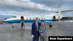 Akademisi China-Amerika Xiyue Wang (kanan) bersama Perwakilan Khusus AS untuk Iran, Brian Hook di bandara Zurich, 7 Desember 2019. (Foto: dok)