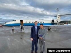 被伊朗关押三年的华裔美国学者王夕越获释后与美国伊朗事务特使胡克在苏黎世机场合影。(2019年12月7日)