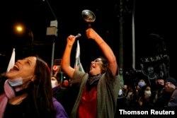 Ciudadanos se movilizan por un referéndum sobre nueva constitución chilena, en Valparaíso