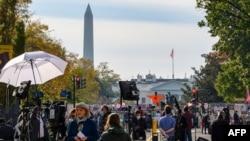 资料照片:来自世界各地的记者在白宫附近等待美国大选结果。(2021年11月6日)
