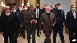 رافائل گروسی، مدیرکل آژانس بین المللی انرژی اتمی، در بازدید از ایران با هدف دسترسی بازرسان به مراکزی که تصور میشود برای انبار کردن یا استفاده کردن از مواد هستهای اعلام نشده، به کار رفته است. ۲۵ اوت ۲۰۲۰