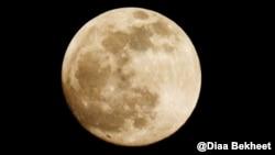 Полная луна в небе на Вашингтоном