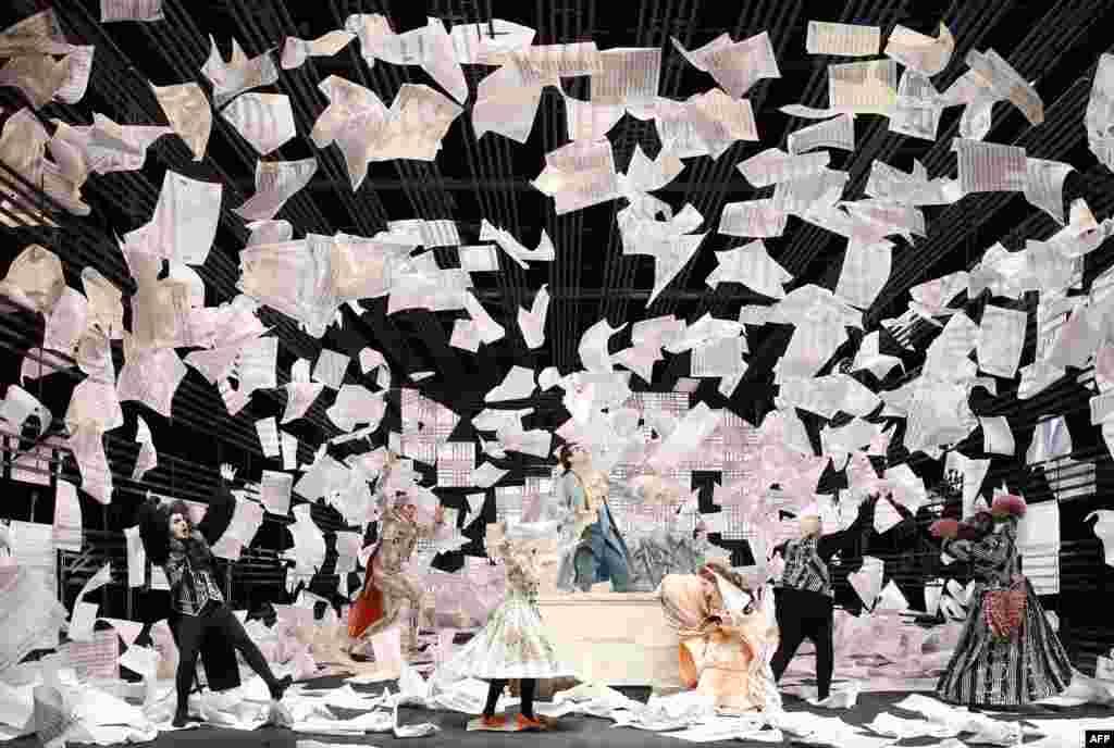 ក្រុមអ្នកចម្រៀងនៃក្រុមភ្លេងអូប៉េរ៉ា Hamburg State Opera ធ្វើការសម្តែងនៅអំឡុងពេលហាត់សមបទភ្លេង «Le Nozze di Figaro» (ការរៀបការរបស់ Figaro) និពន្ធដោយលោក Wolfgang Amadeus Mozart នៅឯអគារ State Opera នៅក្រុង Hamburg ភាគខាងជើងប្រទេសអាល្លឺម៉ង់ នាថ្ងៃទី១១ ខែវិច្ឆិកា ឆ្នាំ ២០១៥។ ការប្រគុំភ្លេង Opera Buffa ដែលនិពន្ធឡើងនៅក្នុងឆ្នាំ ១៧៨៦ នឹងធ្វើការបង្ហាញជាលើកដំបូងនៅថ្ងៃទី ១៥ ខែវិច្ឆិកា ឆ្នាំ២០១៥។