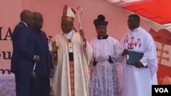Cardinal Fridolin Ambongo (C) ayambi longonya ya président Félix Tshisekedi elongo na mokambi ya misala mya ye Vital Kamerhe na misa na Stade des martyrs, Kinshasa, 17 novembre 2019.