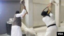 Militantes do Estado Islâmico destruindo estatuetas no Museu de Mosul.