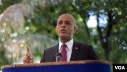 El candiidato presidencial haitiano Michel Martelly habla durante una conferencia en Puerto Príncipe.