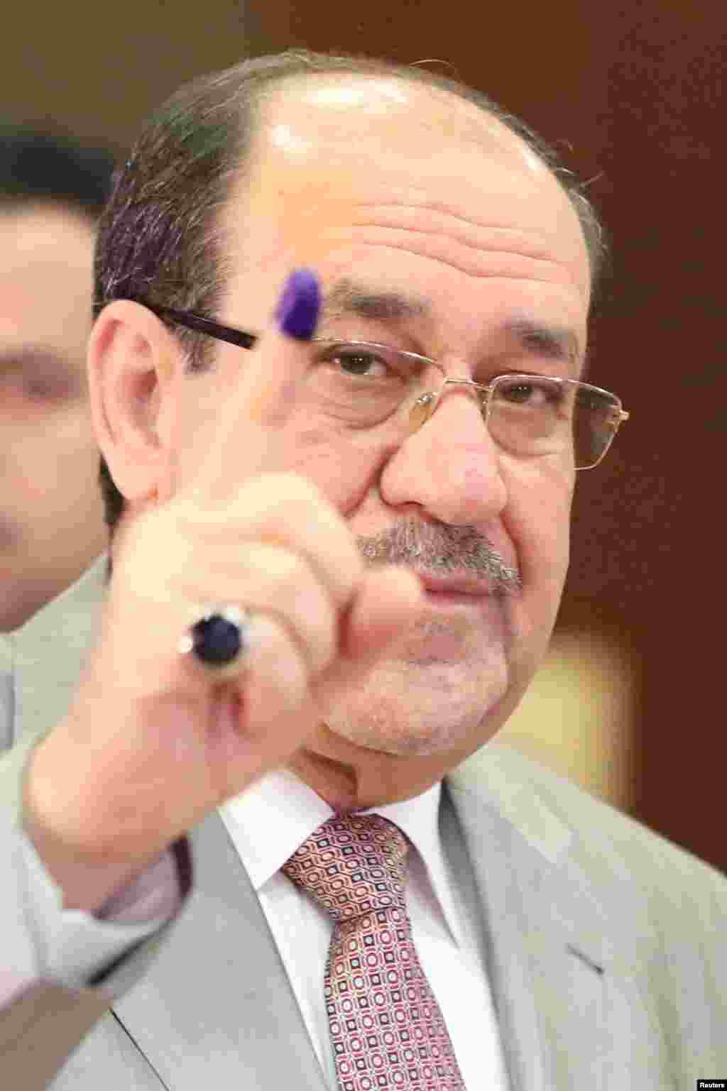 آغاز انتخابات پارلمانی عراق و حضور نوری المالکی، معاون رئیس جمهوری و نخست وزیر سابق عراق پای صندوق رای در بغداد.