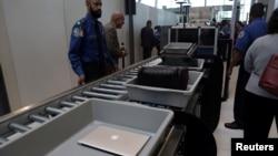 行李和筆記本電腦正在通過紐約肯尼迪國際機場的安檢系統(2017年5月17日)