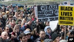 트럼프 후보 반대 시위자들이 19일 뉴욕 맨해튼의 트럼프 국제호텔과 타워 빌딩 앞에서 시위를 하는 모습