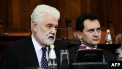 Premijer Srbije Mirko Cvetković govori u prisustvu potpredsednika Vlade Srbije Božidara Djelića na delu sednice Skupštine Srbije odredjenom za pitanja poslanika