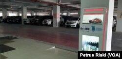 Terminal Intermoda Joyoboyo juga berfungsi sebagai park and ride bagi masyarakat yang memanfaatkan angkutan umum massal, serta bagi pengunjung Kebun Binatang Surabaya (Foto: VOA/ Petrus Riski).