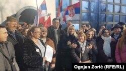 Aktivisti opozicionih stranaka tokom protesta ispred zgrade RTS u Beogradu (Foto: RFE/RL/Ognjen Zorić)