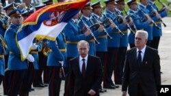 Tổng thống Serbia Tomislav Nikolic (phải) và Tổng thống Nga Vladimir Putin duyệt hàng quân danh dự trong buổi lễ tiếp đoán ông Putin. 16/10/14