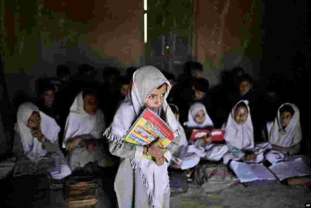 11일 세계 여자아이의 날에 파키스탄 이슬라마바드의 학교 영어수업에 참석한 6살 소녀.
