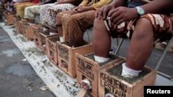 Para petani Pegunungan Kendeng, Rembang Jawa Tengah berunjuk rasa menyemen kakinya di depan Istana Merdeka Jakarta.