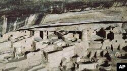 Làm thế nào mà người Anasazi leo xuống vách toàn bằng đá như thế này. Thật không dễ chút nào