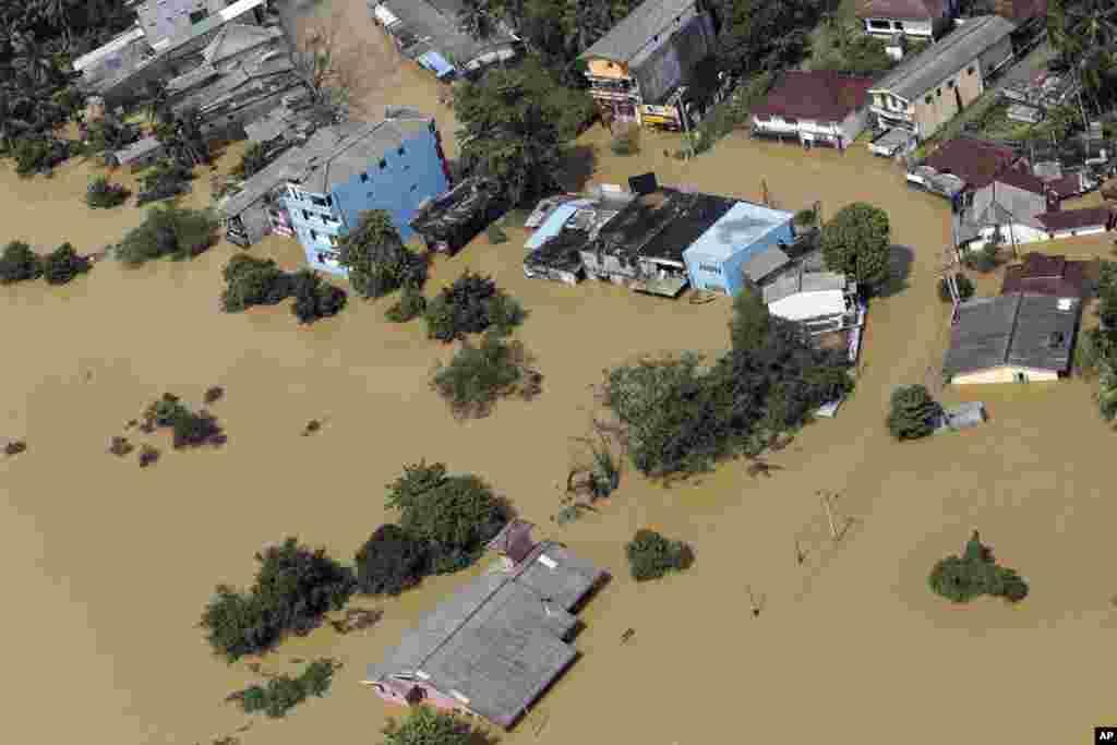 رانش زمین در سریلانکا. در این حادثه دست کم ۱۴۶ نفر کشته و ۱۱۲ نفر دیگر گم شدند.