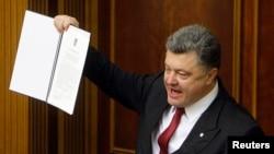 烏克蘭總統波羅申科在2014年9月16日議會上展示與歐盟的歷史性協定