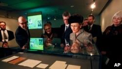 """La reine norvégienne Sonja lors de l'inauguration de l'année """"Hamsun"""" à la Bibliothèque nationale à Oslo, jeudi 19 février 2009"""