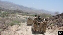 지난 1일 예멘 남부 아브얀에서 군인들이 알카에다와의 교전 중 이동하고 있다. 예멘 국방부 제공. (자료사진)