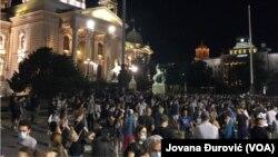 Nekoliko hiljada ljudi okupljeno je ispred Skupštine Srbije, 11. jula 2020.