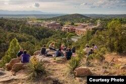 Para siswa memandang Santa Fe, kampus St. John's College di New Mexico. (Foto: Courtesy)