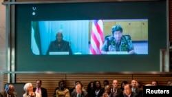 Predsednik Sijera Leonea Ernest Bai Koroma i predsednica Liberije Elen Džonson Sirlif putem video linka učestvuju na konferenciji o epidemiji ebole.