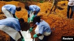 Un enterrement d'une victime du virus à Ebola en Sierra Leone (Reuters)